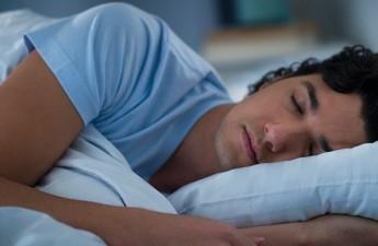 ۸ ماده غذایی که کمک میکنند خواب بهتری داشته باشید