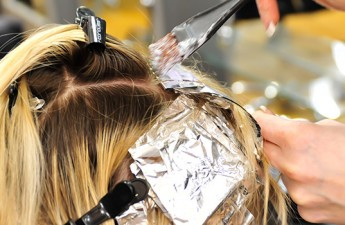 ۱۱ نکته برای رنگ کردن مو در منزل