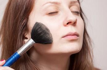 چگونه با آرایش جوش های صورتمان را پنهان کنیم؟