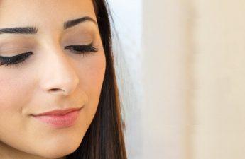 راهنمای مات کردن آرایش صورت با استفاده از بهترین کرم پودر