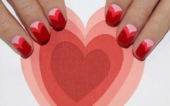 چند قلب با طیف رنگ متفاوت بر روی ناخن ترسیم کنید