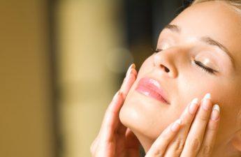 ۶ عادت که به بستهشدن منافذ پوست منجر میشوند