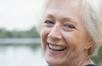 با بهترین درمانهای گیاهی برای برطرف کردن لکههای پیری آشنا شوید