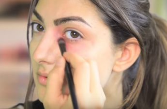 رفع سیاهی زیر چشم با استفاده از رژ لب قرمز