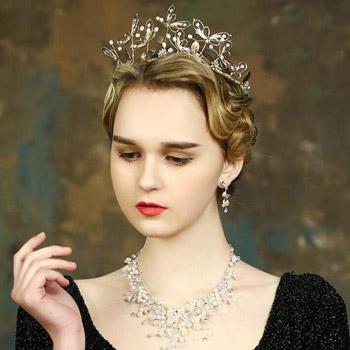 زنان روس لباس و جواهرهای شیک میپوشند