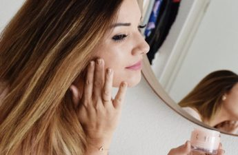 چرا باید زیر آرایش، کرم مرطوبکننده بزنیم و چگونه این کار را انجام دهیم؟