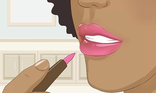 استفاده از مداد لب روشنتر از رژ برای حجیم کردن لب