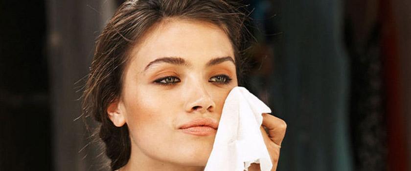 استفاده از دستمال مرطوب برای پاک کردن آرایش