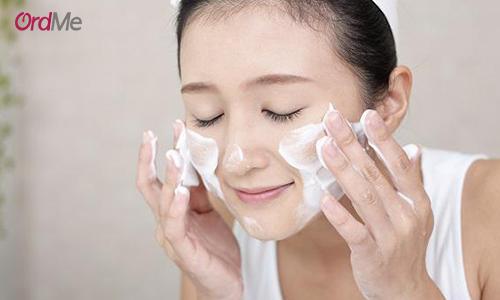 در کنار استفاده از کرم های درمانی، شستشوی هر روز و اصولی صورت را فراموش نکنید.