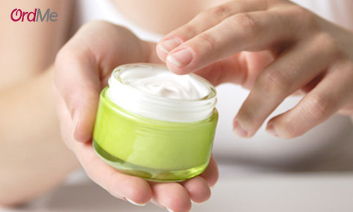 استفاده از کرم های ضد جوشی که بدون نسخه دکتر هم میتوان آنها را از داروخانه تهیه کرد، میتواند درمان موثری برای جوش باشد.