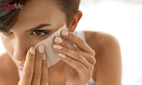 مرحله چهارم در زیرسازی آرایش گرفتن کرم پودر اضافی به کمک یک دستمال است.
