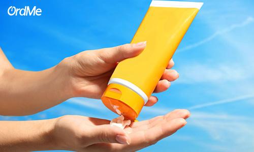 برای خرید کرم های ضد آفتاب باید ترکیبات آن توجه کنید.