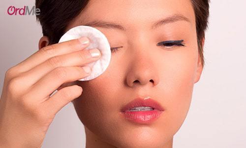 پیر شدن پوست اطراف چشم یکی از مضرات استفاده از انواع ریمل