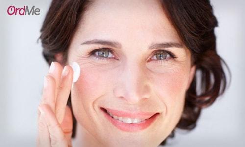 پوست برای قسمت دور چشم به میزان کافی چربی تولید نمیکند