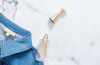 بهترین روش های از بین بردن بوی عطر از روی لباس