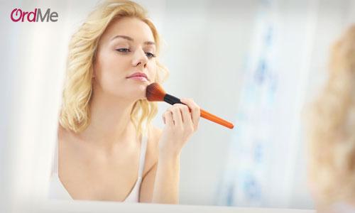 جذاب کردن آرایش با پنکیک در مرحله آخر میکاپ
