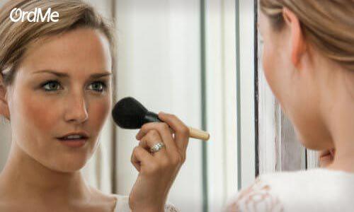 یکی دیگر از ترفندهای جوان کردن صورت با آرایش