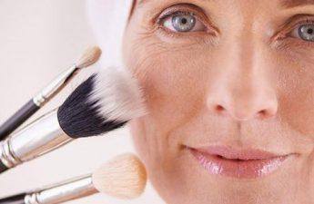 ترفندهای جوان کردن صورت با آرایش برای خانم های مسن