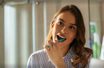 بهداشت دهان و دندان | همه چیز درباره مسواک و زمان تعویض آن