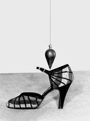 وزن بدن انسان بر روی قسمت خمیده کف پا، همانند ریسمان شاقول قرار میگیرد