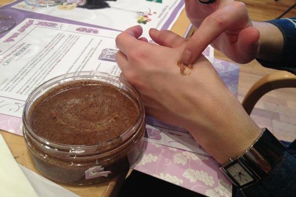 استفاده از لايه بردار و تنظیم کننده رنگ پوست بدن ESDOR